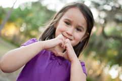 Mädchen, das Herz-Zeichen macht stockbild
