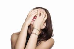 Mädchen, das hinter ihren Händen sich versteckt Lizenzfreies Stockfoto