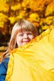 Mädchen, das hinter Regenschirm sich versteckt Lizenzfreie Stockfotos
