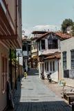 Mädchen, das hinunter die sonnige Straße der alten Stadt Kaleici, Antalya, die Türkei geht stockfoto