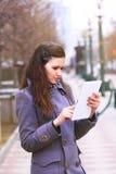 Mädchen, das hinunter die Straße geht lizenzfreie stockbilder