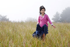 Mädchen, das hinunter Hügel läuft Stockfotografie