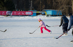 Mädchen, das Hockey auf Eis spielt lizenzfreie stockfotografie