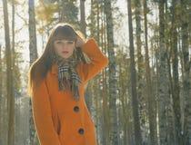 Mädchen, das in Holz geht Stockbilder
