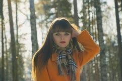 Mädchen, das in Holz geht Lizenzfreie Stockfotografie