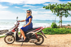 Mädchen, das an Honda-motobike auf der Beobachtungsstelle sitzt Stockfoto