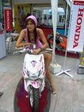 Mädchen, das Honda-Roller darstellt Stockbilder