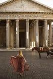 Mädchen, das i-Pantheonsonnenaufgang Rom Italien aufwirft lizenzfreies stockfoto