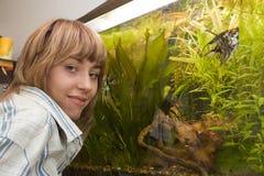 Mädchen, das ihr Aquarium zeigt Lizenzfreie Stockbilder