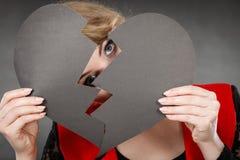 Mädchen, das ihr Gesicht versteckt Stockfotos
