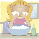 Mädchen, das ihr Gesicht wäscht Lizenzfreies Stockbild