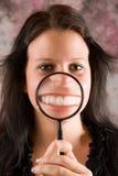 Mädchen, das ihr gesunde Zähne zeigt Stockfotos
