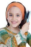 Mädchen, das ihr Haar aufträgt Lizenzfreies Stockfoto