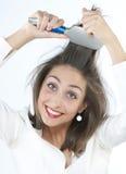 Mädchen, das ihr Haar auftragen lizenzfreie stockfotos