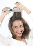 Mädchen, das ihr Haar auftragen lizenzfreies stockbild