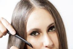 Mädchen, das ihr Haar kämmt Stockfotos