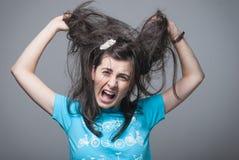 Mädchen, das ihr Haar zieht Lizenzfreie Stockbilder