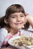 Mädchen, das ihr Mittagessen genießt Lizenzfreie Stockfotografie