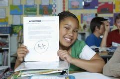 Mädchen, das ihr Testergebnis darstellt Lizenzfreies Stockbild