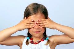 Mädchen, das ihre Augen abdeckt Stockbild