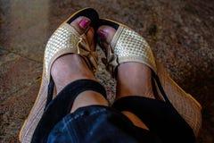 Mädchen, das ihre Fersen und verblaßten Nagellack auf Nägeln trägt stockbilder