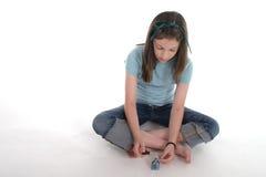 Mädchen, das ihre Fingernägel malt stockfotos