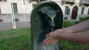 Mädchen, das ihre Hände im Brunnen in Turin wäscht stock video
