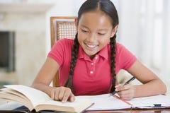 Mädchen, das ihre Heimarbeit tut Lizenzfreies Stockbild