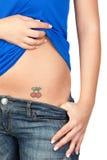 Mädchen, das ihre Tätowierung zeigt stockfoto