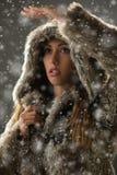 Mädchen, das ihre Weise durch Blizzard findet Stockfotografie