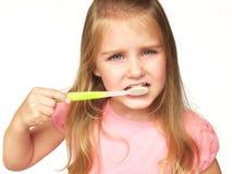 Mädchen, das ihre Zähne putzt Lizenzfreie Stockbilder