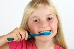 Mädchen, das ihre Zähne putzt Stockfotos