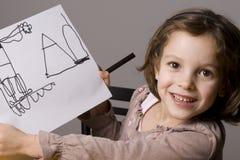 Mädchen, das ihre Zeichnung zeigt Lizenzfreies Stockfoto
