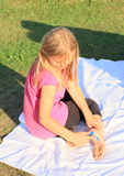 Mädchen, das ihren Fuß malt Stockfoto