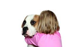Mädchen, das ihren Hund umarmt Lizenzfreies Stockfoto