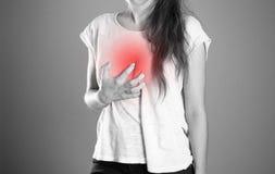 Mädchen, das ihren Kasten Schmerz in der Brust hält Abschluss oben Backgroun lizenzfreie stockfotos