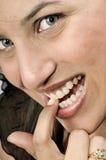 Mädchen, das ihren Nagel beißt Stockfoto