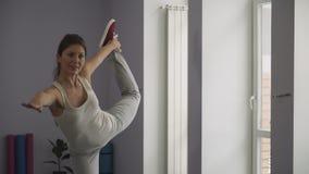 Mädchen, das ihren Schenkel misst stock video footage