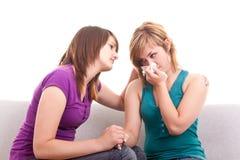 Mädchen, das ihren traurigen Freund tröstet Stockfotografie