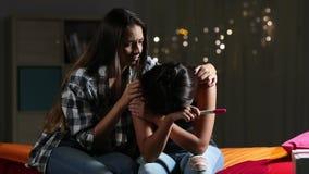 Mädchen, das ihren traurigen schwangeren Jugendfreund tröstet stock video footage