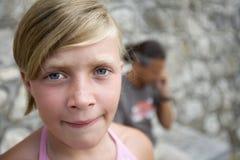 Mädchen, das ihren Vater wartet lizenzfreies stockfoto