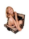 Mädchen, das im Aktenkoffer sitzt Stockbild