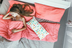 Mädchen, das im Bett, Draufsicht schläft Stockbild
