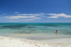Mädchen, das im blauen Meer sich entspannt Lizenzfreie Stockfotos