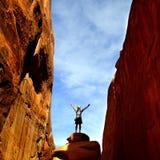 Mädchen, das im Bogen-Nationalpark wandert Stockfoto