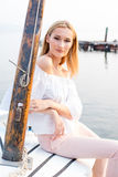 Mädchen, das im Boot aufwirft Stockfotos