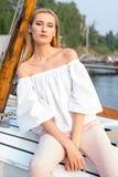 Mädchen, das im Boot aufwirft Stockfotografie