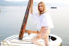 Mädchen, das im Boot aufwirft Stockbild