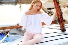 Mädchen, das im Boot aufwirft Lizenzfreies Stockbild