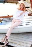 Mädchen, das im Boot aufwirft Stockfoto